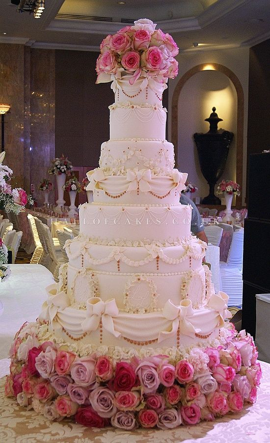 Biggest Wedding Cakes Ever  this is the biggest wedding cake Ive ever seen