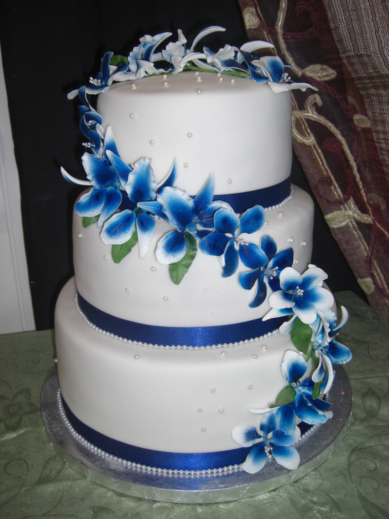 Blue And White Wedding Cakes  wedding cake in white and royal blue