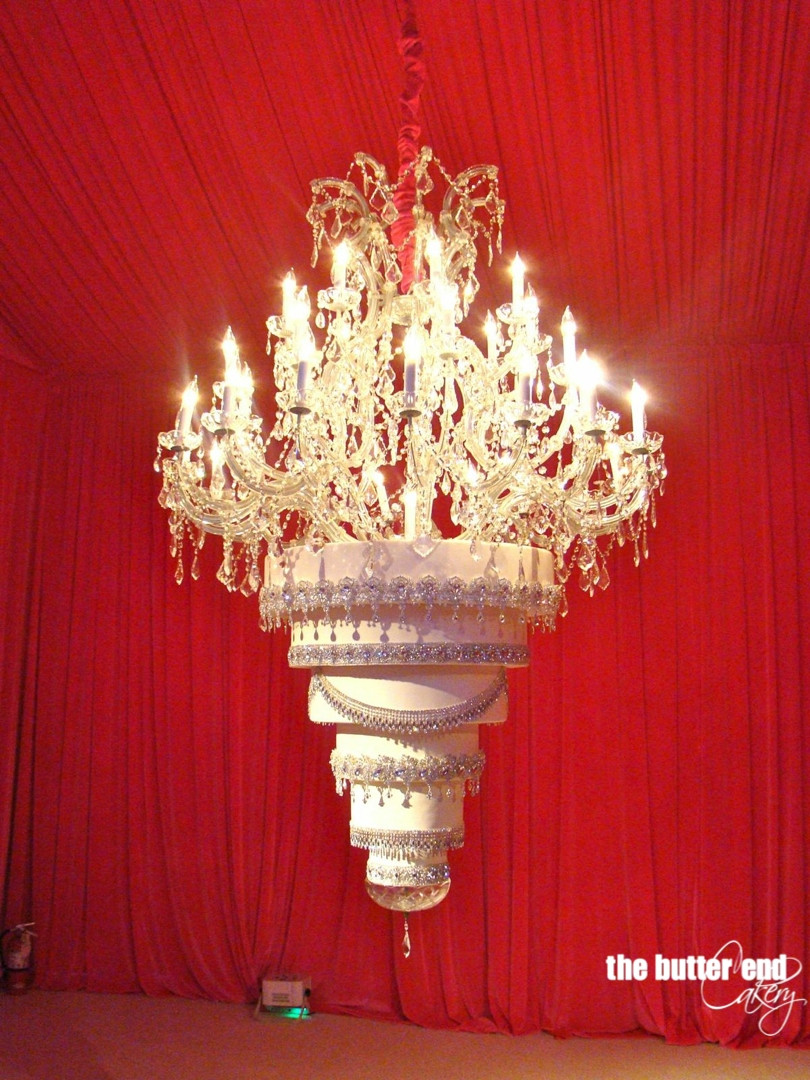 Chandelier Wedding Cakes  La tarta de bodas colgante de Kaley Cuoco Big Bang Theory