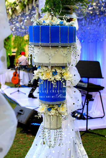 Chandelier Wedding Cakes  Trending Chandelier Wedding cakes