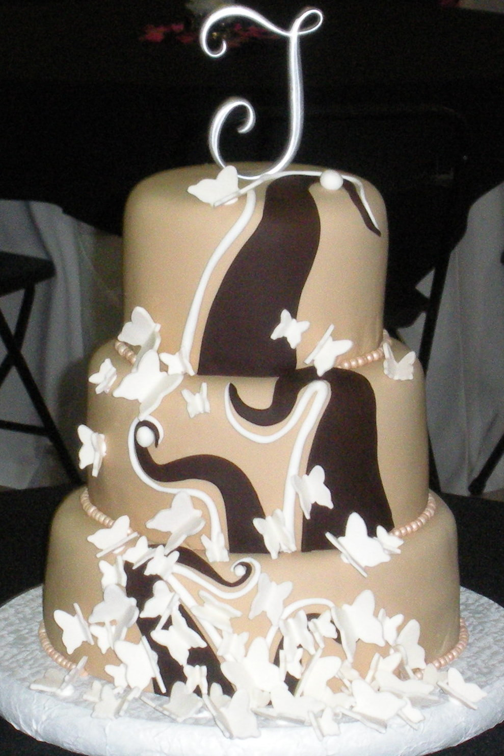 Chocolate And White Wedding Cakes  New trends for custom fondant wedding cakes in 2010