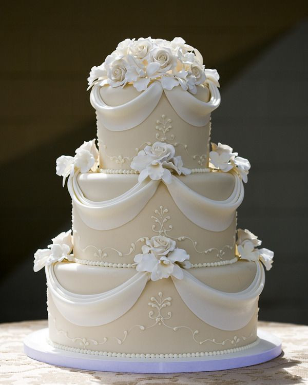 Classy Wedding Cakes  that s a pretty and simple cake but very elegant and