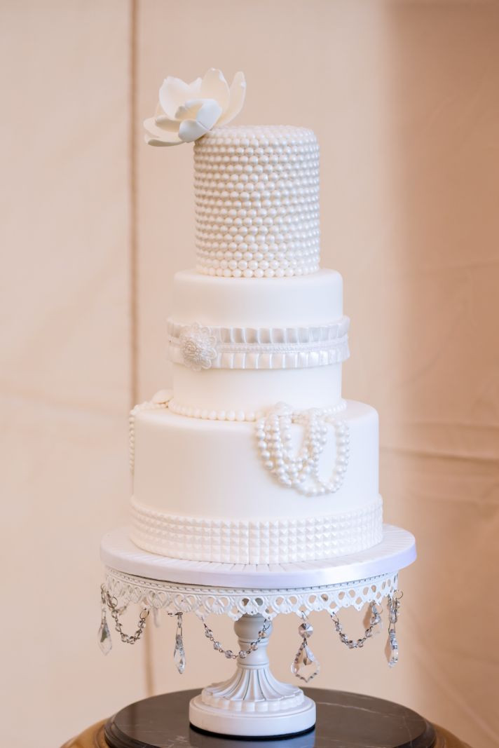 Elegant White Wedding Cakes  Memorable Wedding A Guide to Elegant Wedding Cakes