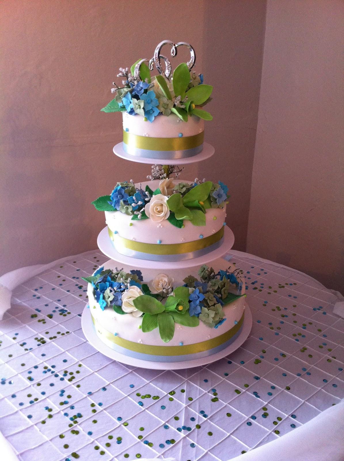 Floating Wedding Cakes  Love Dem Goo s Floating Wedding Cake with Edible Flowers