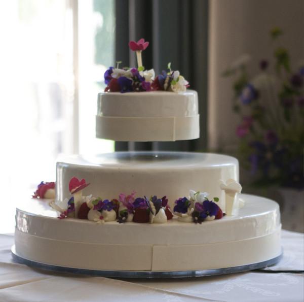 Floating Wedding Cakes  Floating Wedding Cake CREALEV
