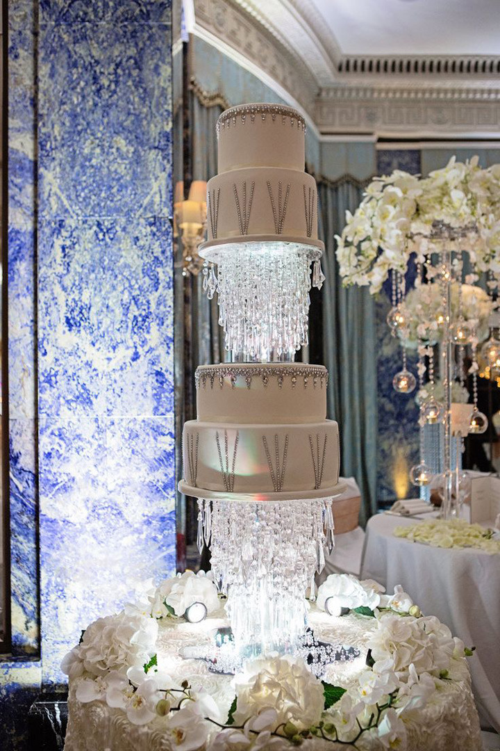 Floating Wedding Cakes  Hanging Floating and Upside Down Wedding Cakes We Love