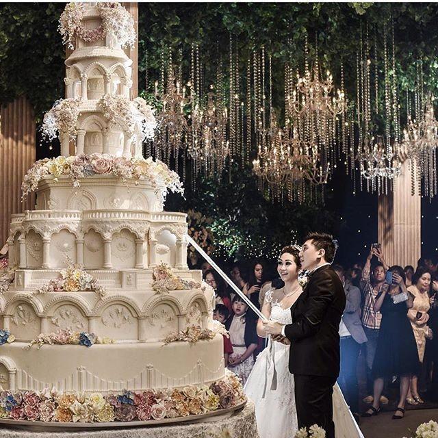 Gigantic Wedding Cakes  Cake Gigantic Wedding Cake Weddbook