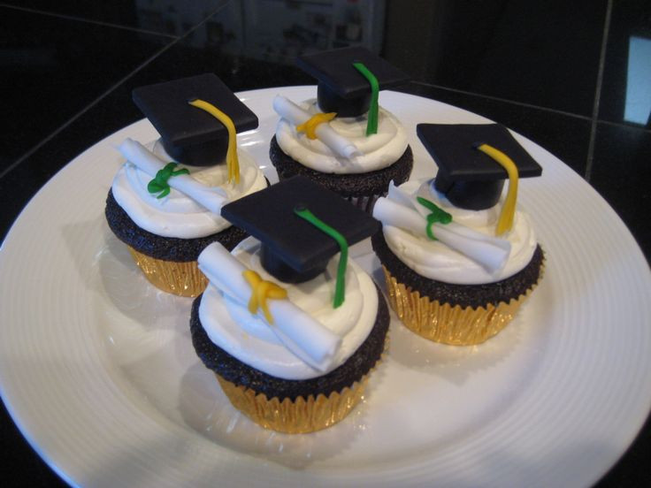 Graduation Cupcakes Decorating Ideas  petite individual graduation cakes