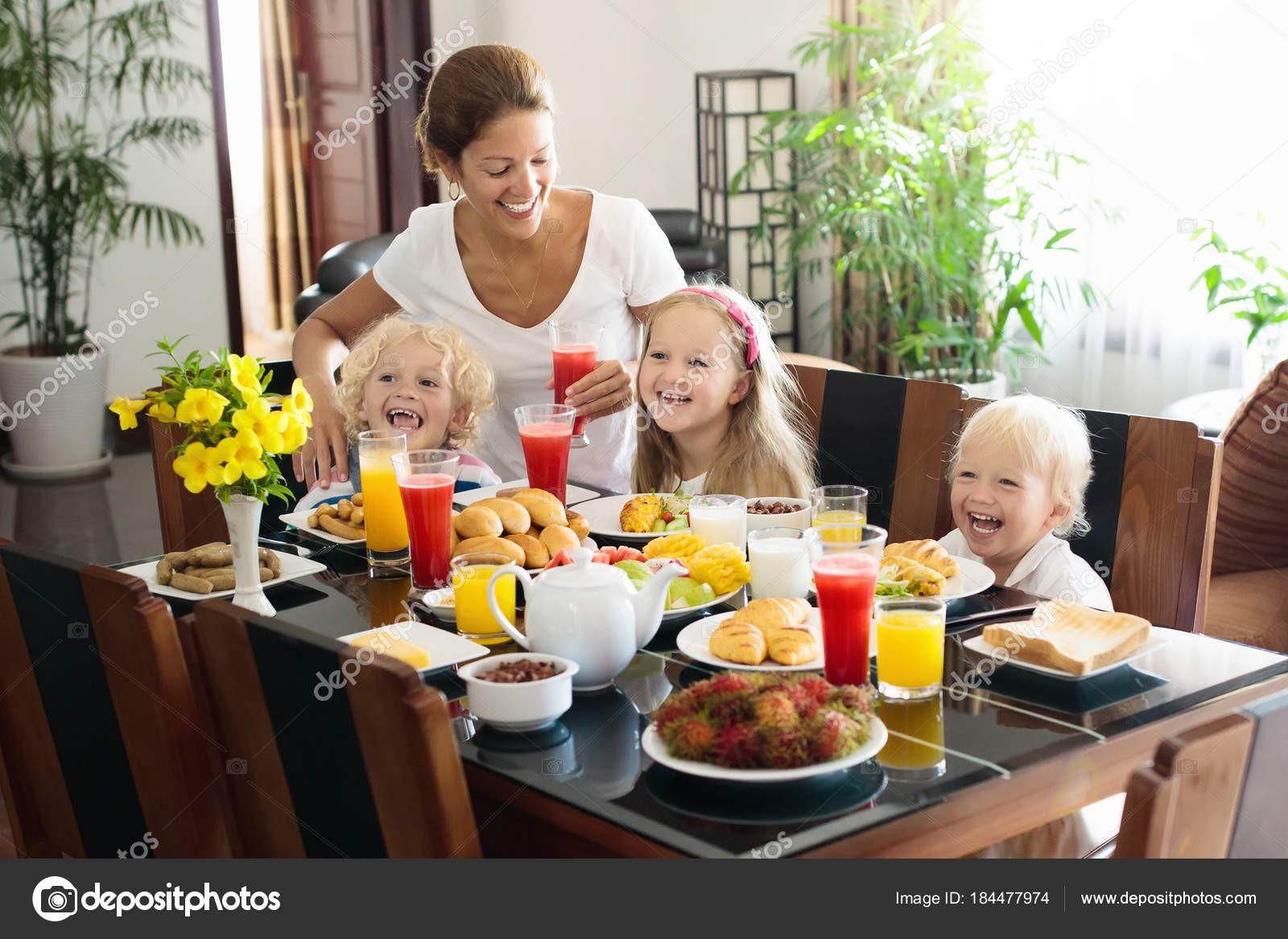 Healthy Family Breakfast  Healthy family breakfast for mother and kids — Stock
