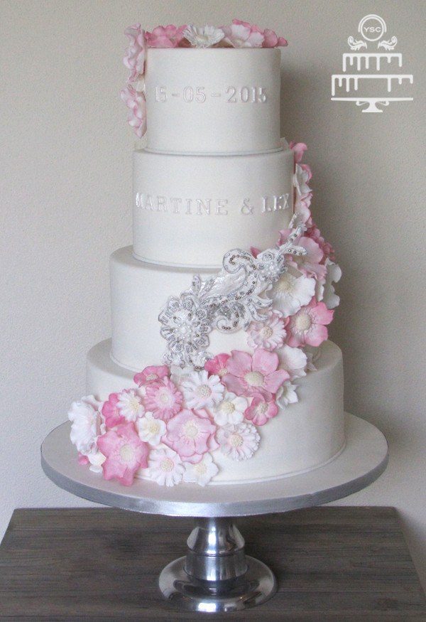 Heb Wedding Cakes  Bruidstaart met roze bloemen • Yummie Sweet Cakes