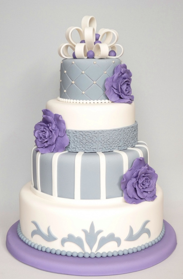 Heb Wedding Cakes  Bruidstaart met zilveren en paarse decoratie