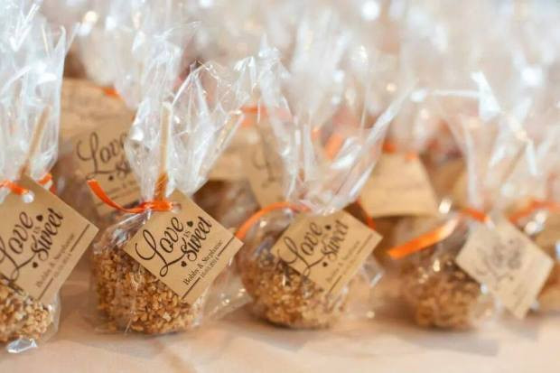 Mini Caramel Apples Wedding Favors  crunch