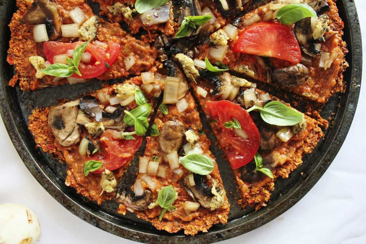 Organic Vegetarian Recipes  Raw Pizza with Red Pepper Flax Crust [Vegan] e Green