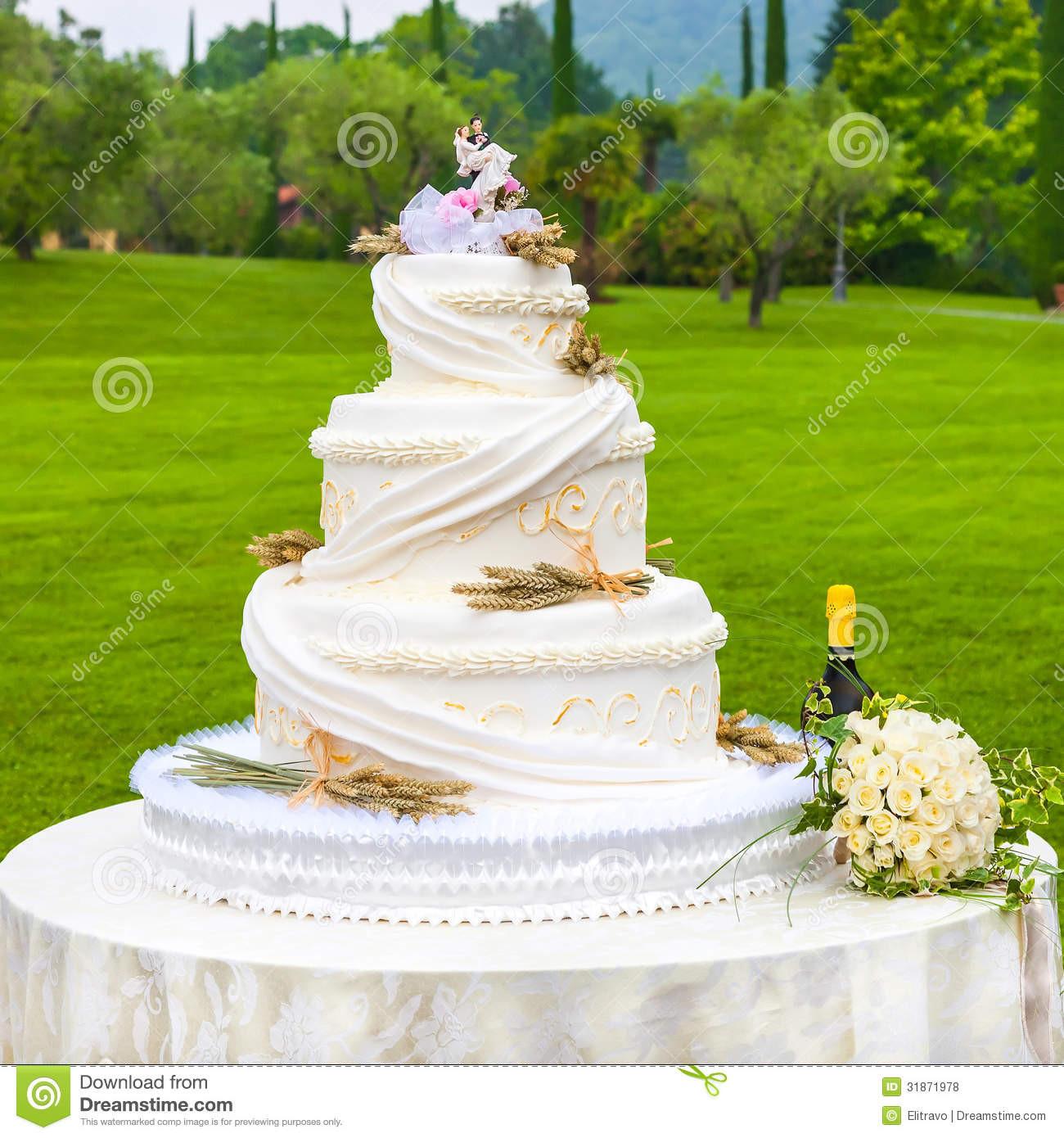 Outdoor Wedding Cakes  Outdoor wedding cake idea in 2017