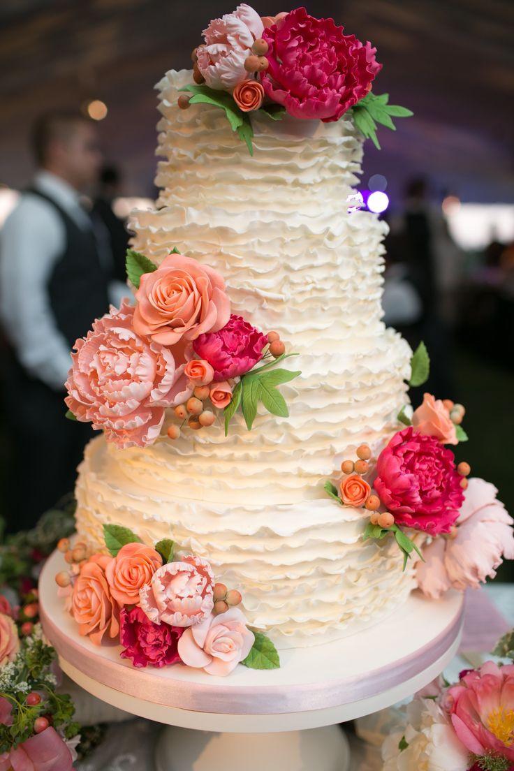 Ruffle Wedding Cakes  Pourquoi pas un joli ruffle cake pour mon dessert de