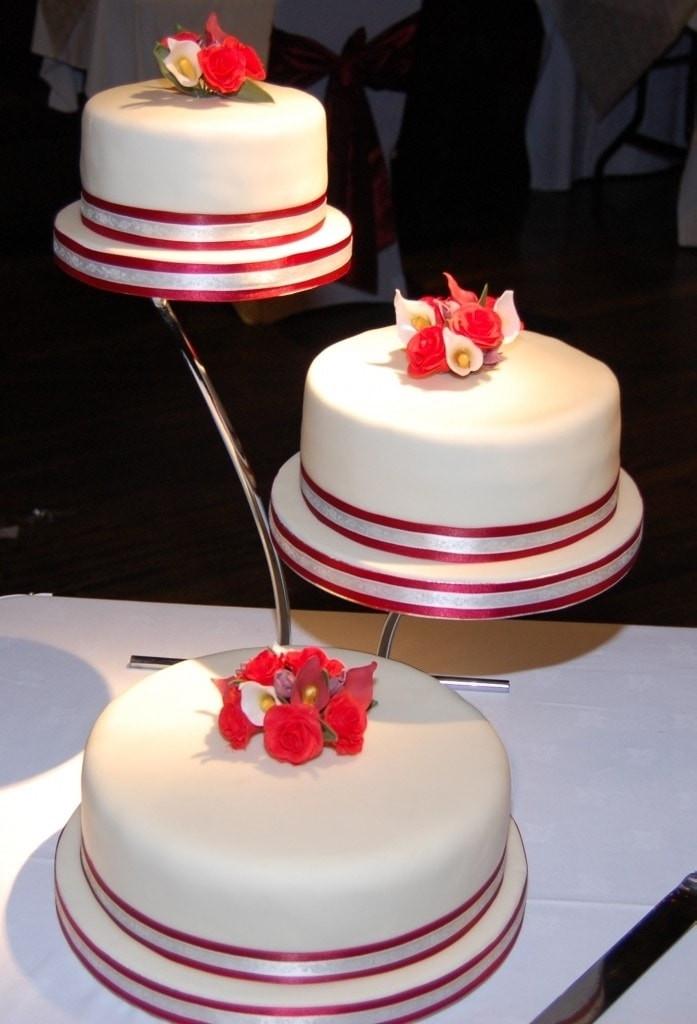 Separate Tier Wedding Cakes  Che ne pensate delle torte a piani separati Ricevimento