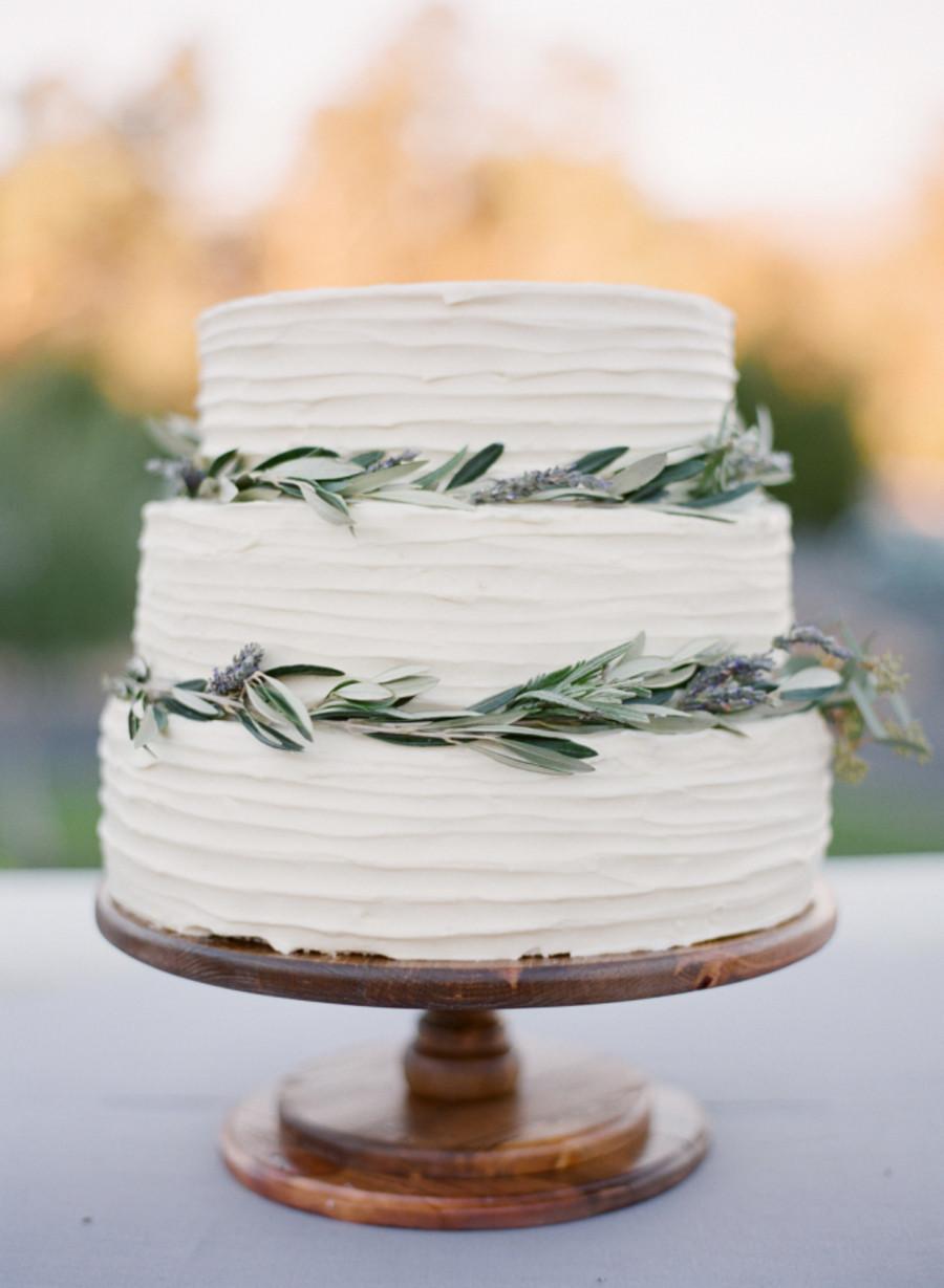 Simple Wedding Cakes  Simple Ways To Pull f A Minimalist Chic Wedding Theme