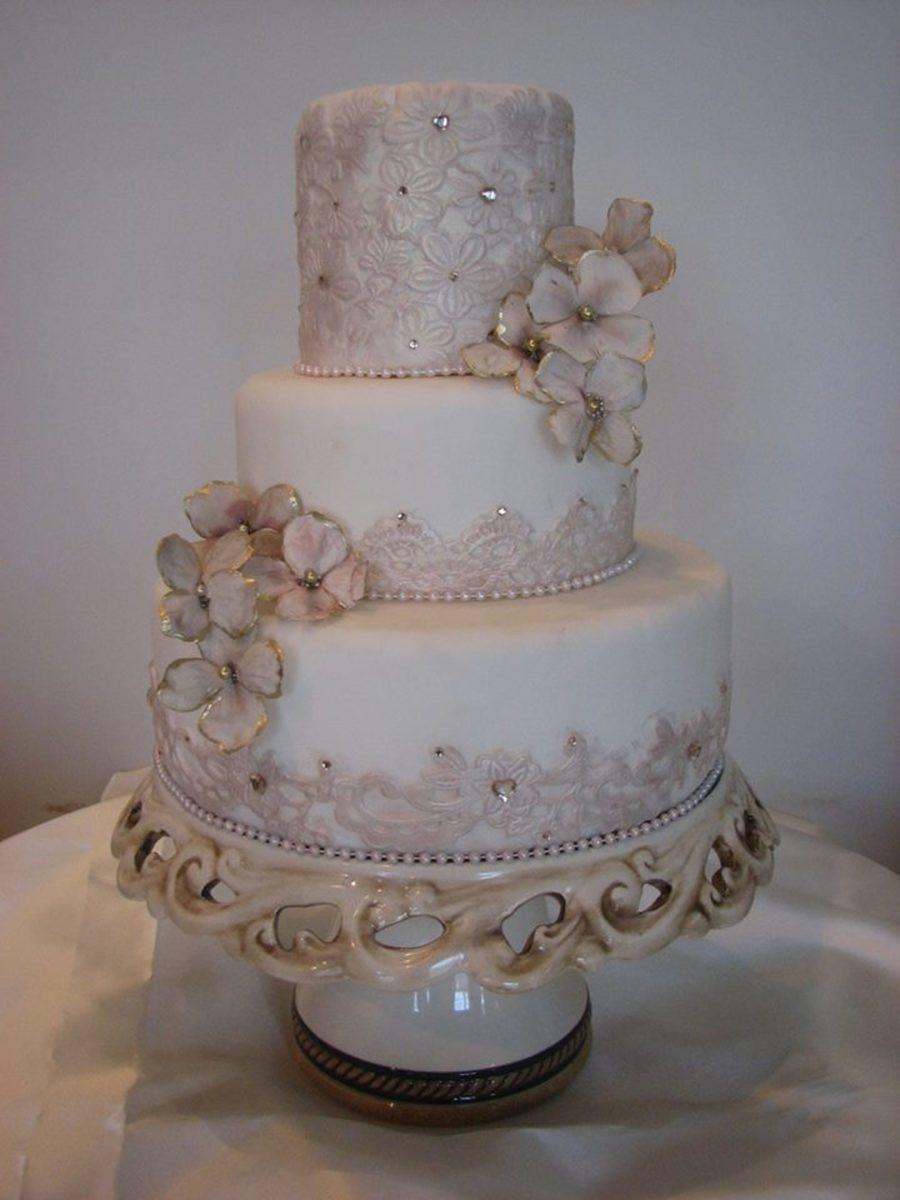 Wedding Cakes Elegant  Maggiean Elegant And Tasteful Wedding Cake With Elements