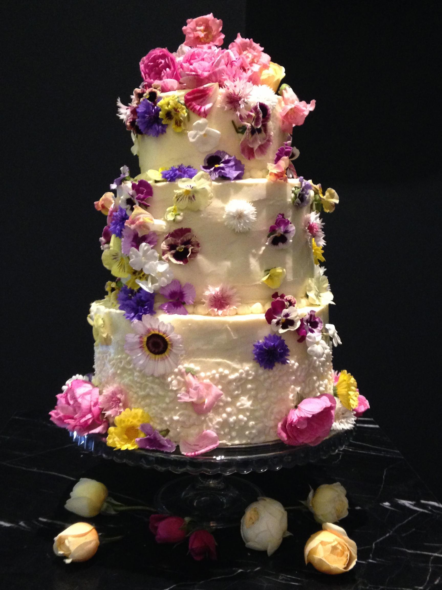 Wedding Cakes Flowers  Using fresh flowers on wedding cakes