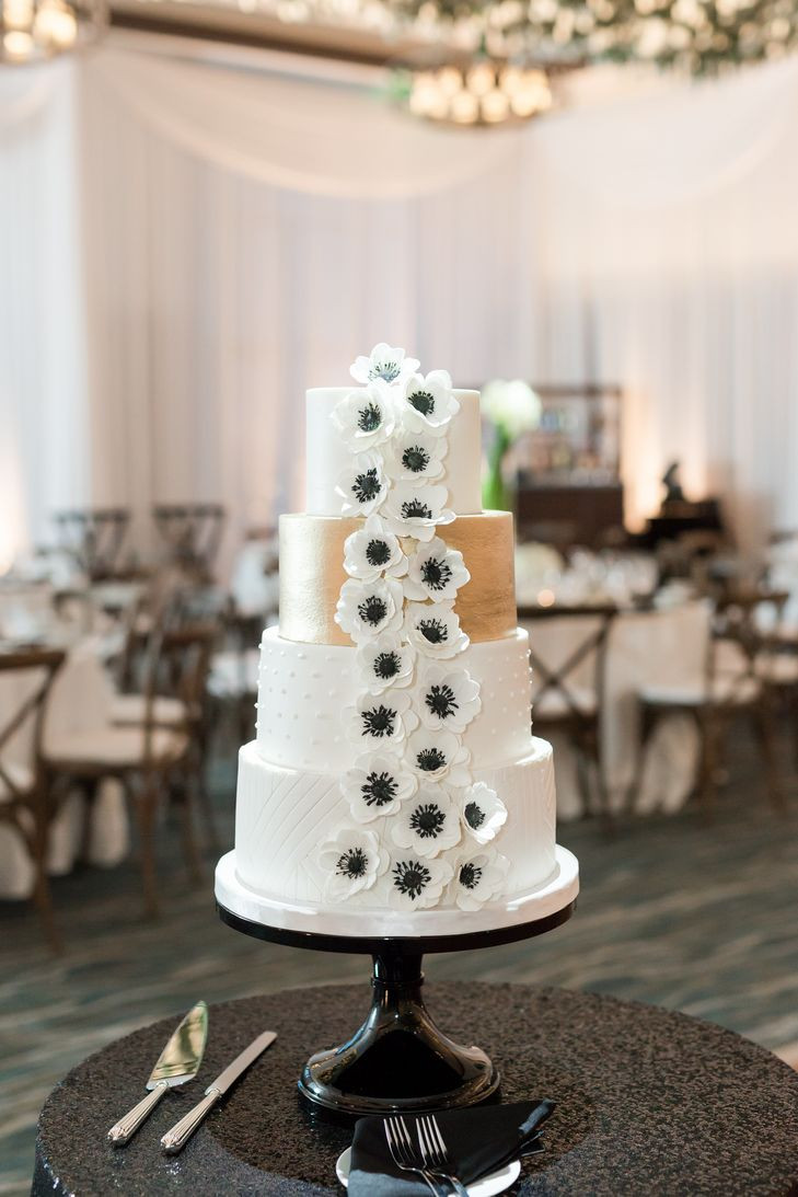 Wedding Cakes Madison Wi  A Modern Black and White Wedding at The Edgewater in