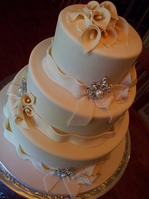 Wedding Cakes With Lilies  e5c26e9c6c z
