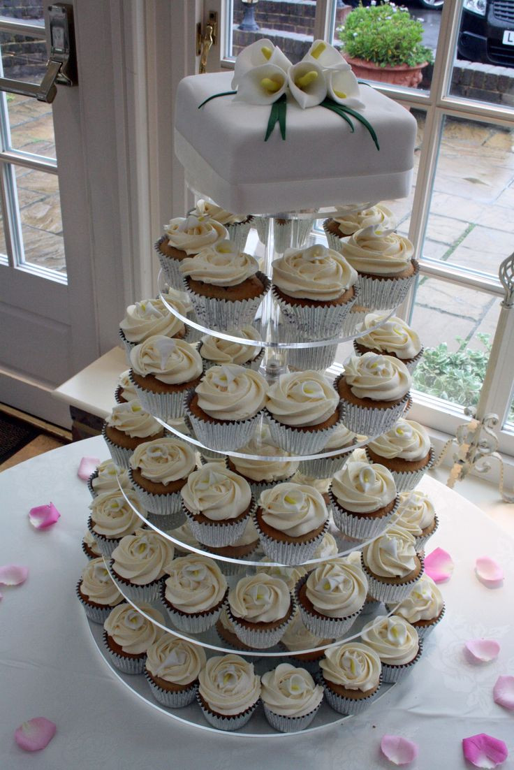 Wedding Cupcakes Towers  Best 25 Wedding cupcake towers ideas on Pinterest
