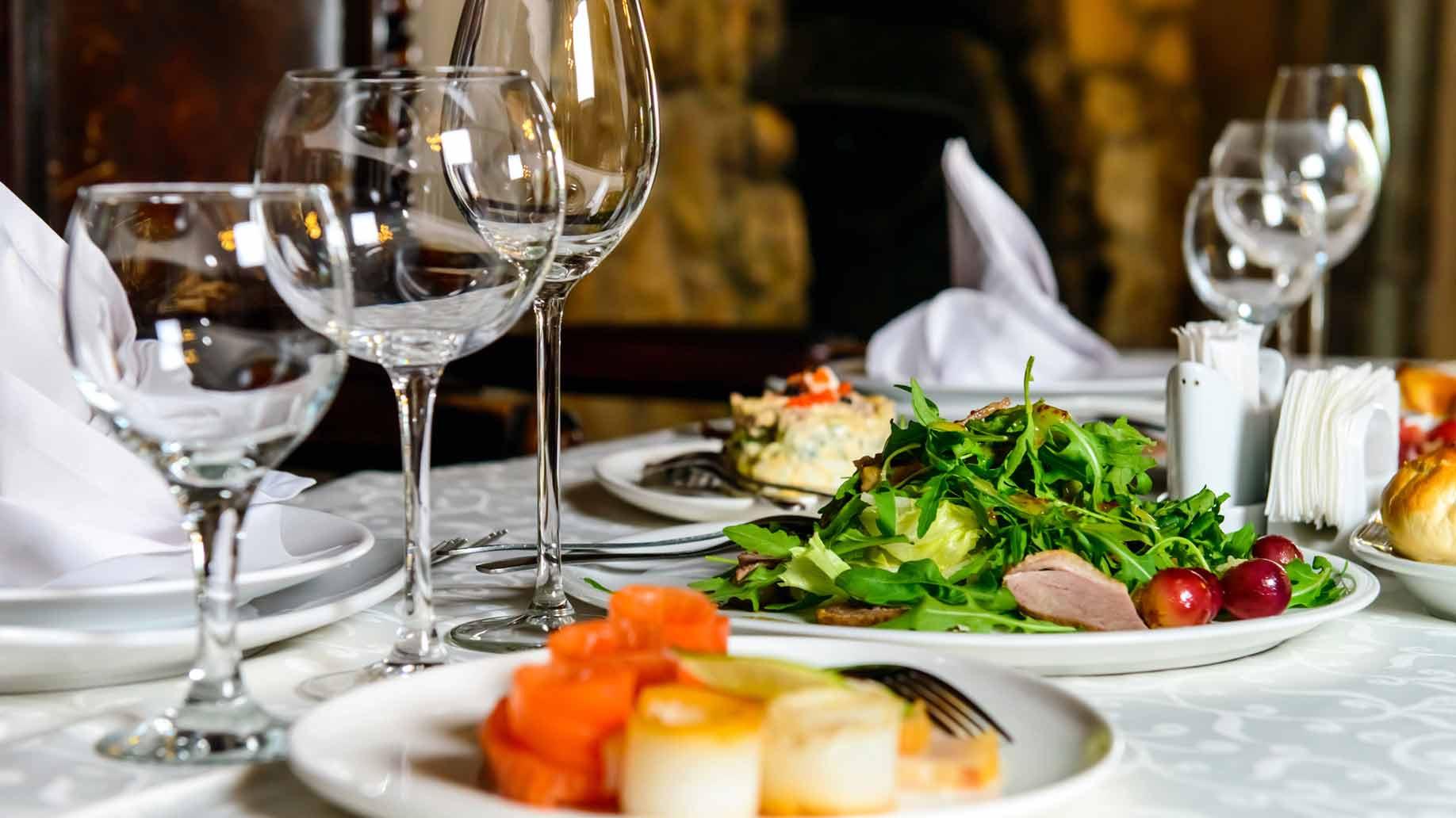 Wedding Dinner Ideas  10 Romantic Wedding Anniversary Ideas For Couples Cheap