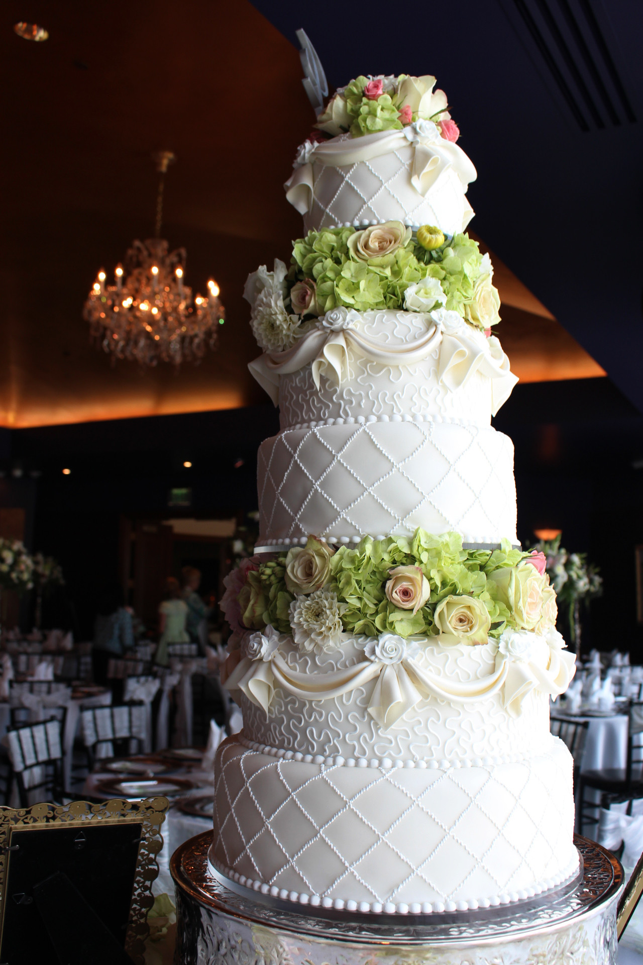 Wedding Tiered Cakes  Best Ways to Use Fresh Flowers on your Wedding Cake