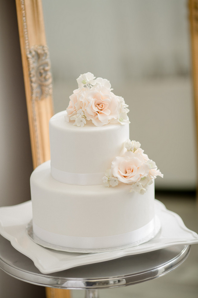 White Wedding Cake With Flowers  25 Amazing All White Wedding Cakes