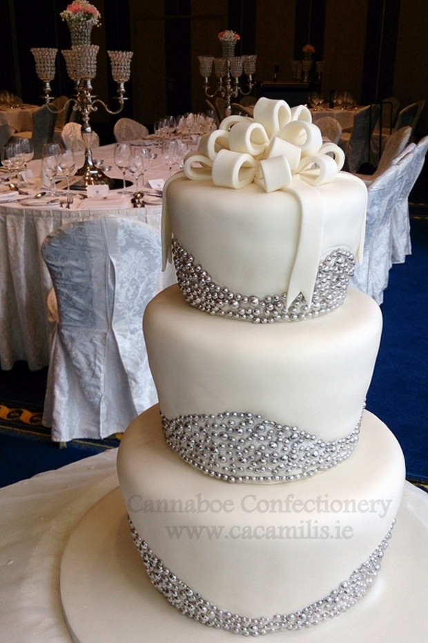Winter Wonderland Wedding Cakes  14 Amazing Wedding Cakes for a Winter Wedding