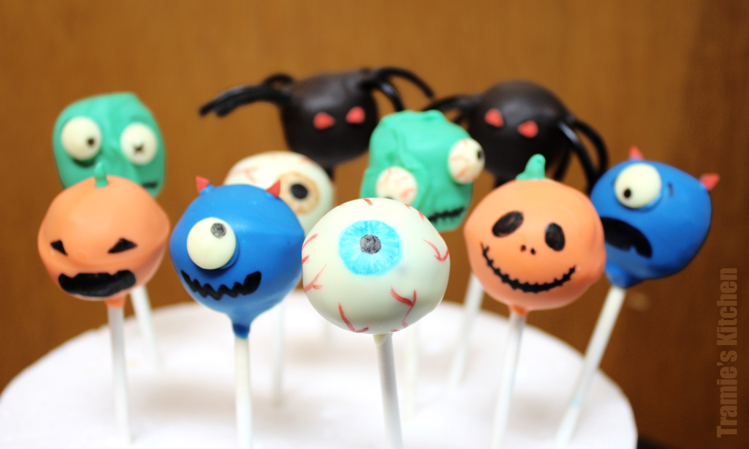 Cakes Pops Halloween  Tramie s Kitchen A giveaway and a yummy Apple Pie Bar recipe