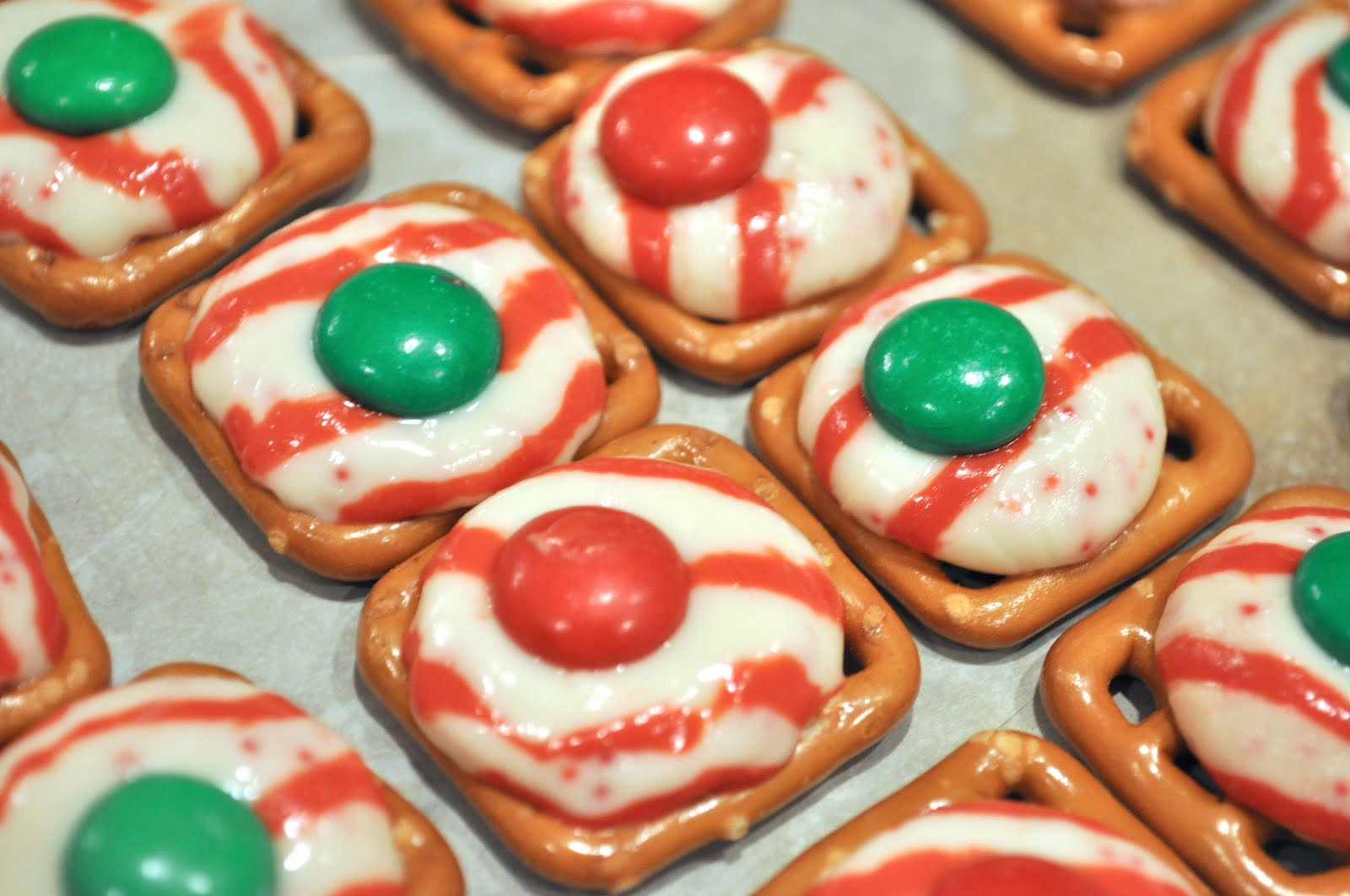 Christmas Pretzels Recipes  Monday Munchies – Holiday Pretzel Kisses