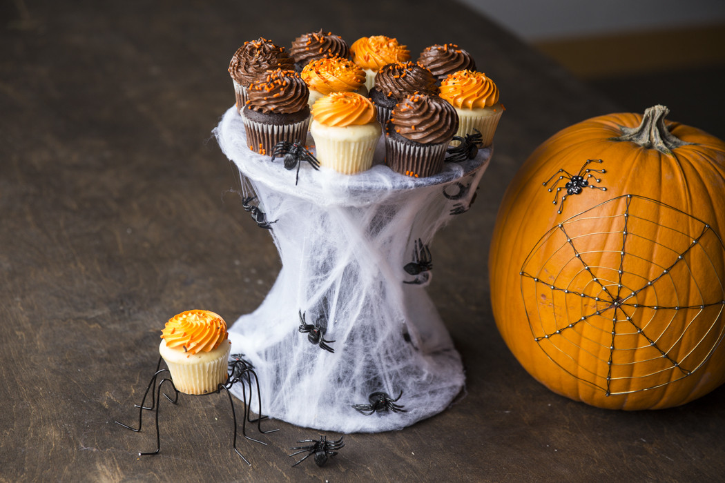 Diy Halloween Cupcakes  13 DIY Spooky Halloween Party Ideas