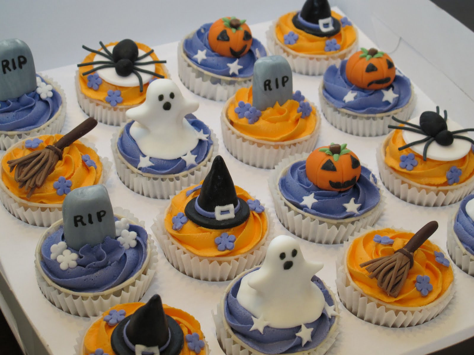 Halloween Cup Cakes  Pink Oven Cakes and Cookies Halloween cupcake ideas