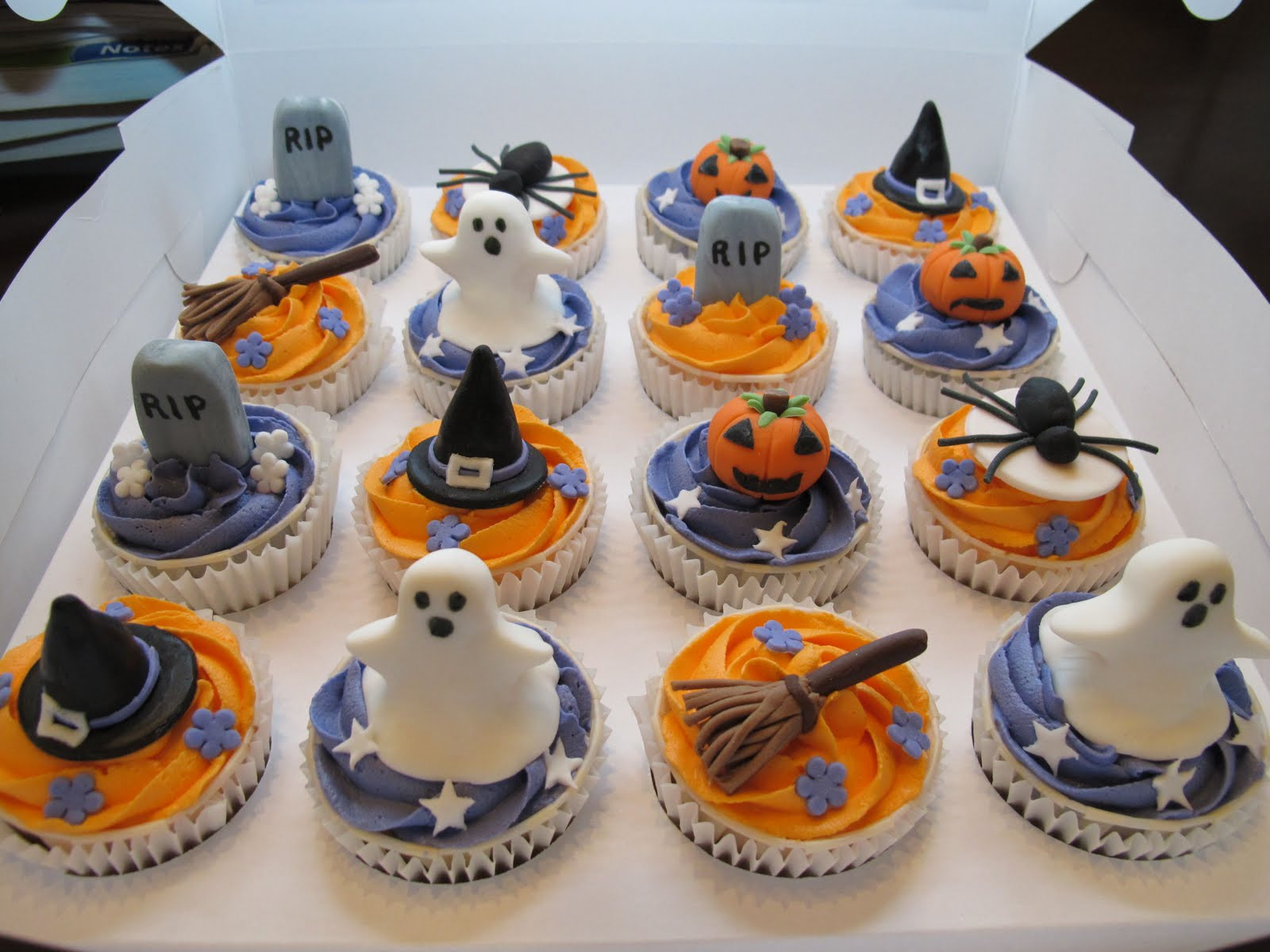 Halloween Decorating Cupcakes  Pink Oven Cakes and Cookies Halloween cupcake ideas
