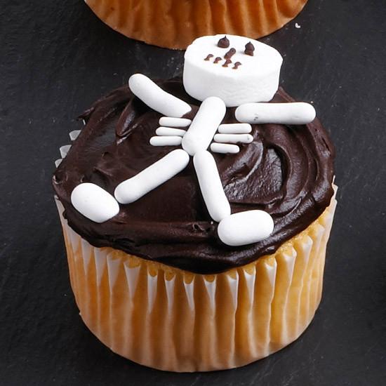 Halloween Decorating Cupcakes  DIY Food Decorating Halloween Cupcakes with Your Kids