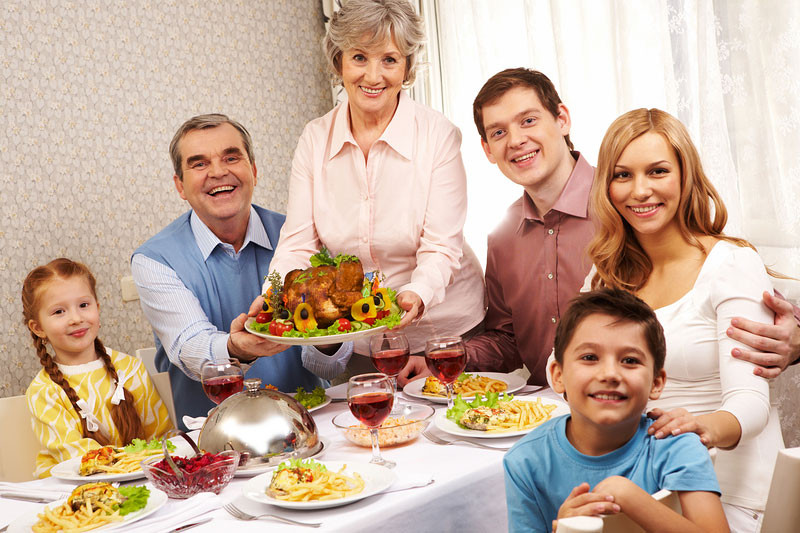 Thanksgiving Family Dinner  5 Thanksgiving Traditions Every Family Should Do in the